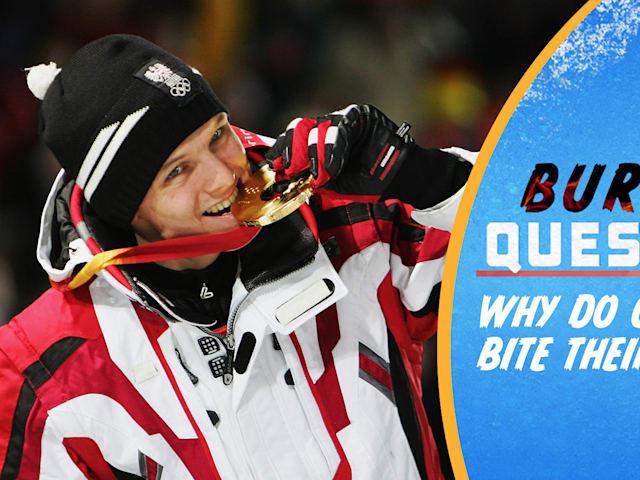 ¿Por qué los atletas olímpicos muerden sus medallas?