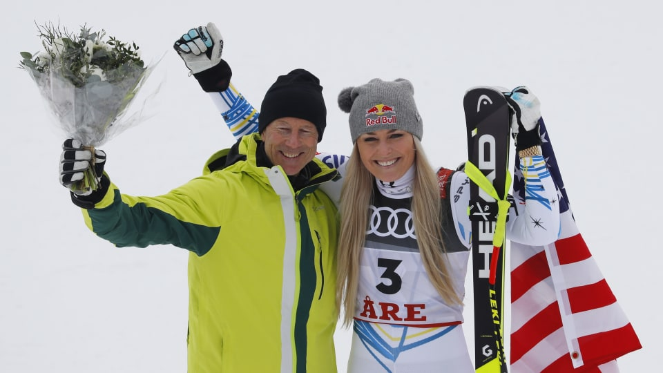 Lindsey Vonn celebrates winning bronze in her final race, the 2019 world championships downhill, with Sweden's Ingemar Stenmark. (REUTERS/Leonhard Foeger)