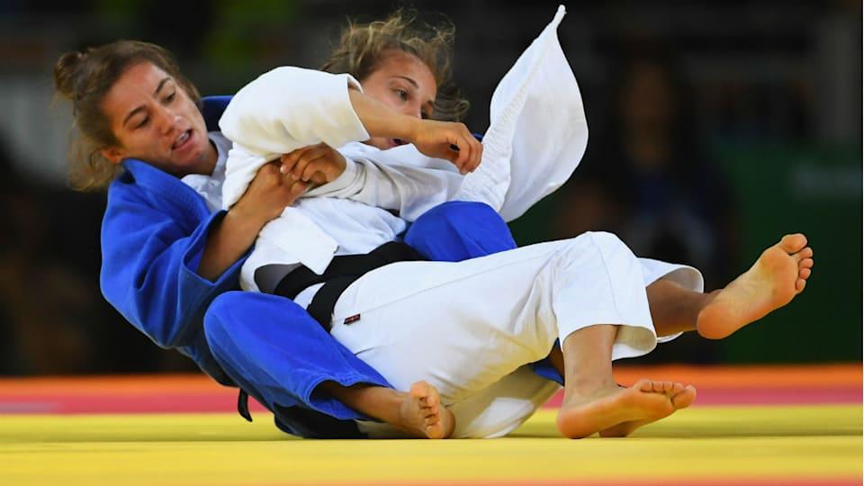 リオ五輪でコソボ初の金メダルを獲得したマイリンダ・ケルメンディ(左)。阿部詩と同じ女子52キロ級の実力者だ