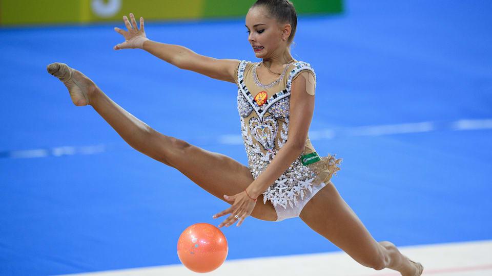 Арина Аверина в ходе упражнений с мячом на Всемирных играх 2017 года во Вроцлаве.