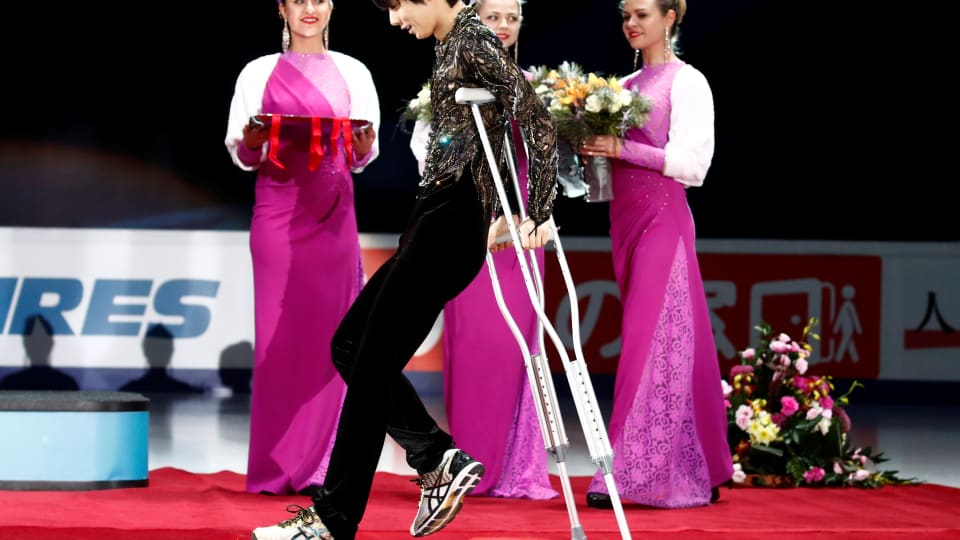 Yuzuru Hanyu on crutches to receive his Rostelecom Cup medal